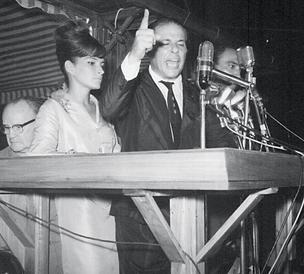 ÀS VÉSPERAS DO GOLPE O presidente João Goulart ao lado da primeira-dama, Maria Tereza Goulart, no comício da Central do Brasil, em 13 de março de 1964.  Os documentos do Cenimar mostram que o serviço secreto da Marinha insuflava a insubordinação contra Ja (Foto: arq. Ag. O Globo)