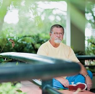 EXCESSO O comerciário paulistano Paulo Tomaselli, de 60 anos.  Ele praticava ioga desde a infância, mas teve de abandoná-la por causa  das lesões   (Foto: Isadora Brant/ÉPOCA )