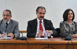 A POSSE Mercadante (ao centro) empossa Mariano Laplane (à esq.) no Centro de Gestão e Estudos Estratégicos, no lugar de Lúcia Melo (à dir.). Ela disse sentir saudade da família, que mora no Recife  (Foto: Renato Araujo)