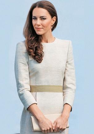 Kate Middleton 30 anos Duquesa de Cambridge  Romântica e descolada,  a duquesa de Cambridge  usa saia acima do joelho  em eventos oficiais e mistura roupas de fast fashion a grandes marcas. A simplicidade sugere simpatia (Foto: Chris Jackson/Getty Images/AFP)