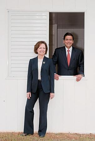 Victoria Brady e Eduardo Wanick, na casa de polímero instalada na DuPont em São Paulo (Foto: Zé Gabriel)