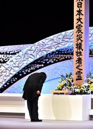 primeiro-ministro do Japão, Yoshihiko Noda, em homenagem às vitimas no aniversário de um ano do terremoto que atingiu o país (Foto: Agência EFE)