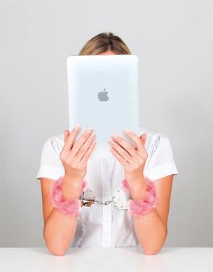 DISCRIÇÃO As leitoras de romances eróticos encontram privacidade com tablets e e-books (Foto: montagem Artnet sobre foto Shutterstock)