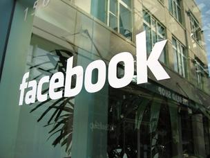 Logotipo do Facebook na entrada da sede no Vale do Silício (Foto: Reprodução internet)