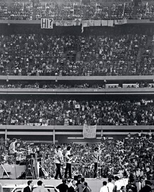 EM ESTÁDIOS A banda The Beatles toca em agosto de 1965 no Shea Stadium, em Nova York. Com público de  55 mil pessoas, foi o maior concerto de rock até então   (Foto: Dan Farrell/NY Daily News Archive via Getty Images )