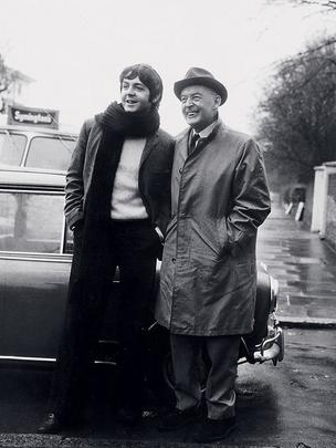 INSPIRAÇÃO Paul ao lado do pai, o pianista Jim McCartney, em Londres, em 1967. Na infância, Paul aprendeu com o pai canções que integram seu novo  CD, Kiss on the bottom  (Foto: Newscom)