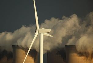 Turbina de energia eólica opera ao lado de usina nuclear na Alemanha (Foto: Getty Images)