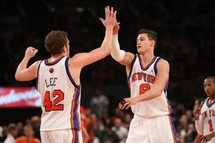 Jogadores do New York Knicks se cumprimentam. Contato físico ajuda a melhorar o desempenho da equipe (Foto: Getty Images)