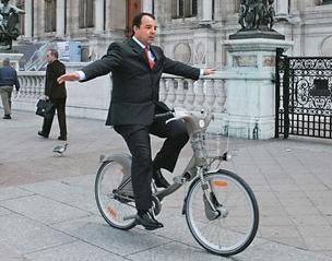 SEM DIREÇÃO Cabral brinca ao guiar uma bicicleta em Paris, em 2008. Suas viagens à França eram pura diversão, mas agora lhe causam problemas   (Foto: Carlos Magno/divulgação)