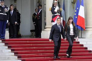 Nicolas Sarkozy recebe François Hollande no Palácio do Eliseu, pouco antes da cerimônia de posse (Foto: Yoan Valat/EFE)