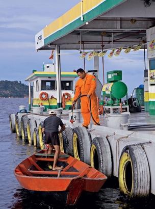 Postos em rios são comuns na Amazônia. Ali, os barcos substituem desde ônibus até bicicletas. Mas, quanto mais se avança para o interior, mais caro é o combustível (Foto: Fernando Martinho)