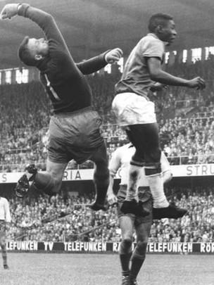 Pelé disputa bola com o goleiro sueco, Kalle Svensson, na final da Copa do Mundo de 1958 (Foto: Scanpix/Wikipedia)