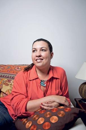 RENOVADA A analista Mônica Miranda em casa. Com  o coaching,  ela  diz que se tornou  mais segura  (Foto: Guillermo Giansanti/ÉPOCA)