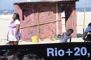 Moradores da comunidade de Manguinhos fazem uma 'encenação' na área montada nas areias de Copacabana (Foto: Fabio Rodrigues Pozzebom/ABr)