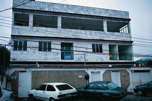 FANTASMA Prédio no bairro do Encantado, no Rio, onde deveriam funcionar duas empresas de Mario Godinho. Ninguém o conhece no local  (Foto: reprodução)