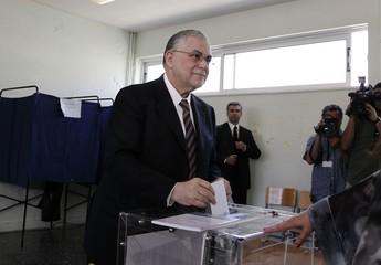 O primeiro-ministro grego, Lucas Papademos, vota nas eleições gerais deste domingo (Foto: Petros Giannakouris/AP)