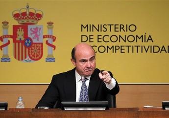 O ministro da Economia espanhol, Luis de Guindos, gesticula durante entrevista à imprensa em que anunciou o acordo para salvar o sistema bancário, neste sábado (9) (Foto: Andres Kudacki/AP)