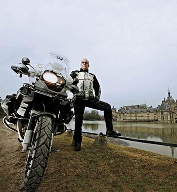 Lugris, com sua BMW 1200, ao lado do Castelo de Chantilly, na França (Foto: Hamilton de Oliveira/Época Negócios)
