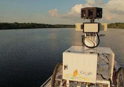 Barco desce o rio Negro, no Amazonas, para mapear a floresta e comunidades no Google Street View (Foto: Divulgação)