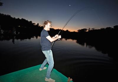 DE VOLTA ÀS RAÍZES Michel Teló aproveita um dia de folga para pescar no interior de São Paulo. Não ter abandonado sua origem ajuda a explicar seu sucesso  (Foto: Rogério Cassimiro/ÉPOCA  )