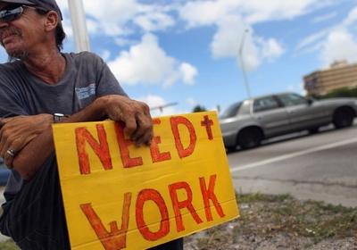 Desempregado com placa em que procura trabalho nos EUA (Foto: Getty Images)