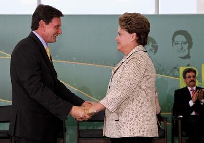 A presidente Dilma Rousseff cumprimenta o novo ministro da Pesca e Aquicultura, Marcelo Crivella, durante a cerimônia de posse no Palácio do Planalto (Foto: Roberto Stuckert Filho / PR)