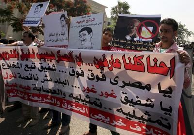 Egípcios protestam diante do Tribunal Constitucional do país, que autorizou hoje a candidatura de ex-primeiro-ministro do antigo regime (Foto: Khaled Elfiqi/EFE)