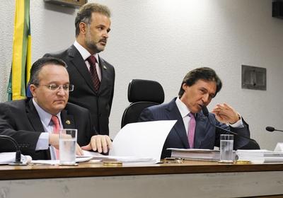 Comissão de Constituição, Justiça e Cidadania (CCJ): senadores (E) Pedro Taques (PDT-MT) e Eunício Oliveira (PMDB-CE), presidente da CCJ (Foto: Marcos Oliveira /Agência Senado)