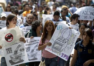 Militantes da esquerda mexicana pede recontagem dos votos que elegeram Enrique Peña Nieto no domingo (Foto: Eduardo Verdugo/AP)