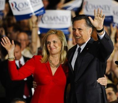 Mitt Romney e sua esposa Ann comemoram a vitória nas prévias republicanas no estado de Illinois  (Foto: Agência EFE)