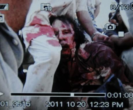 Imagem obtida pela agência AFP mostra o que seria Muammar Khadafi após o momento de sua captura, nesta quinta-feira (19), em Sirte (Foto: Philippe Desmazes / AFP)