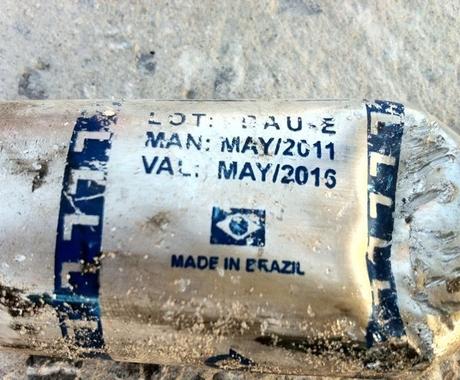 """Bomba de gás lacrimogênio com a bandeira do Brasil que teria sido usada na repressão no Bahrein. Ela traz a inscrição """"made in Brazil"""" (fabricado no Brasil)  (Foto: Zajil Delmon / Twitter)"""