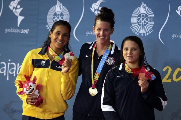 Joana Maranhão posa com a prata ao lado do ouro de Julia Elizabeth Smit  e o bronze de Mary Vavra, ambas americanas (Foto: Al Bello / Getty Images)