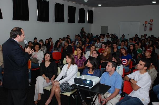 Paulo Hoff na Escola Estadual Romeu de Moraes: uma aula de prevenção e de esperança (Foto: Divulgação)