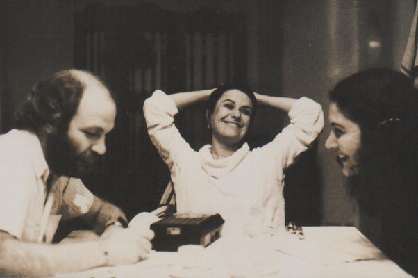 Elis Regina, entre os jornalistas Juarez Fonseca e Lilian Bem David, no dia de sua última entrevista em Porto Alegre (Foto: Acervo pessoal Juarez Fonseca)