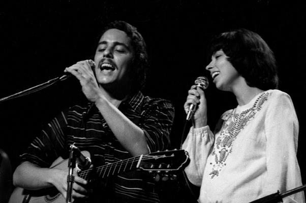 Nara Leão e Chico Buarque em apresentação na década de 70 (Foto: Site oficial Nara Leão)
