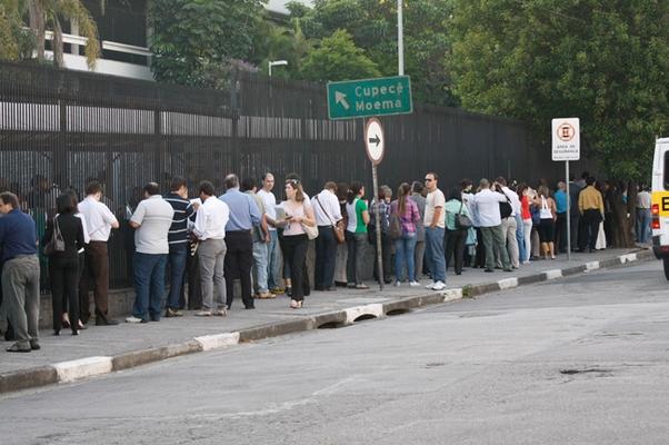 Fila para obter o visto no Consulado dos Estados Unidos em São Paulo (Foto: Folhapress)