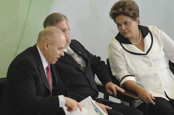 O ministro da Fazenda, Guido Mantega, o presidente da Câmara dos Deputados, Marco Maia (PT-RS) e a presidente Dilma Rousseff em anúncio do Plano Brasil Maior<br/>(Foto: Agência Brasil)