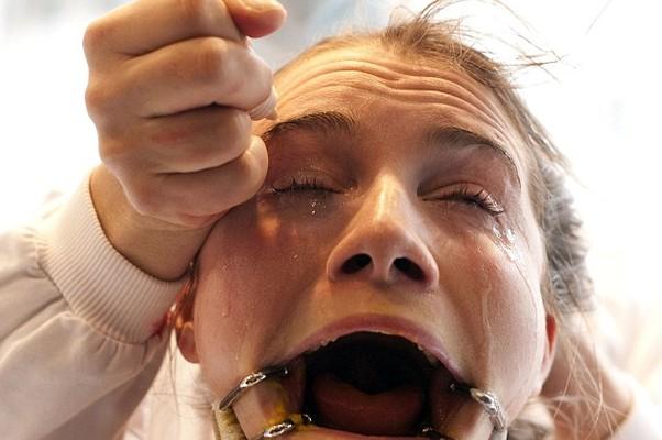 Voluntária recebe jatos de produtos que irritam os olhos (Foto: Reprodução Internet)