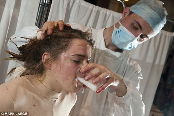 A voluntária foi forçada a comer e a beber (Foto: Reprodução Internet)