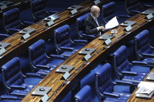 O senador Demóstenes Torres faz o quarto discurso para tentar convencer os senadores a votar contra o pedido de cassação de seu mandato (Foto: Wilson Dias/Abr)