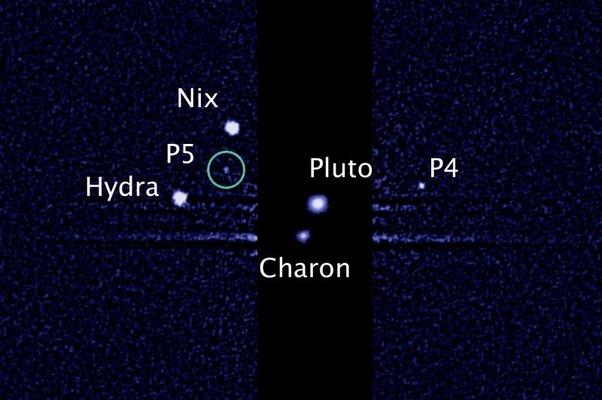 A imagem capturada pelo Hubble mostra cinco luas orbitando o planeta anão Plutão (Foto: NASA/ESA/M. Showalter, SETI Institute)