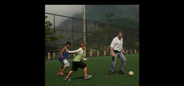 Na quadra de futebol da Chácara do Céu, junto ao Borel, na Tijuca, o secretário de Segurança joga com as crianças. Antes, esse espaço era mirante do tráfico (Foto: André Valentim/ÉPOCA)