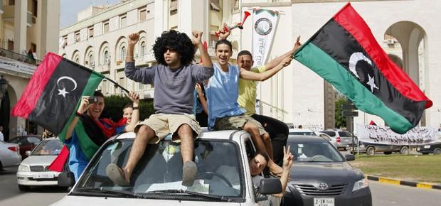 Líbios comemoram a morte do ditador Muammar Khadafi em Trípoli (Foto: Abdel Magid al-Fergany/AP)