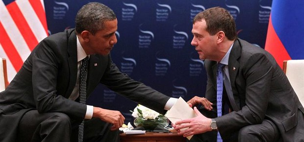 Obama e Medvedev conversam sem saber que seus microfones estavam ligados (Foto: Agência EFE)