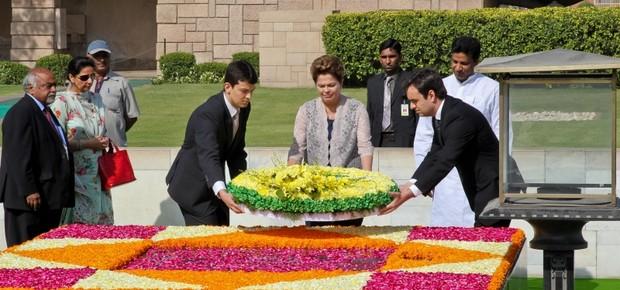 Em visita à Índia, Dilma Rousseff deposita um arranjo de flores no Memorial de Mahatma Gandhi (Foto: Presidência da Republica/Roberto Stuckert Filho )