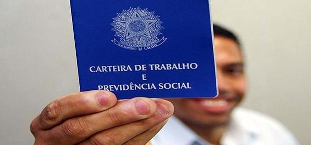 Homem exibe carteira de trabalho Desemprego no Brasil Emprego (Foto: Divulgação)