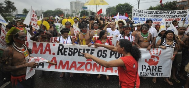 Índios, moradores da Vila Autódromo e representantes de vários segmentos da sociedade civil fazem protestos perto do Riocentro, onde ocorre a Rio+20 (Foto: Marcello Casal Jr./Agência Brasil)
