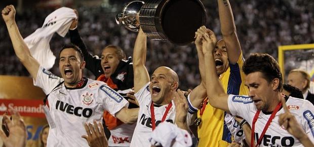 O capitão Alessandro levanta a taça de campeão da Libertadores. O Corinthians quebra o seu tabu (Foto: Antonio Lacerda/EFE)