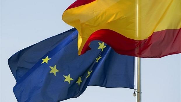 Bandeiras da Espanha e da União Europeia içadas lado a lado em Madri (Foto: Getty Images)